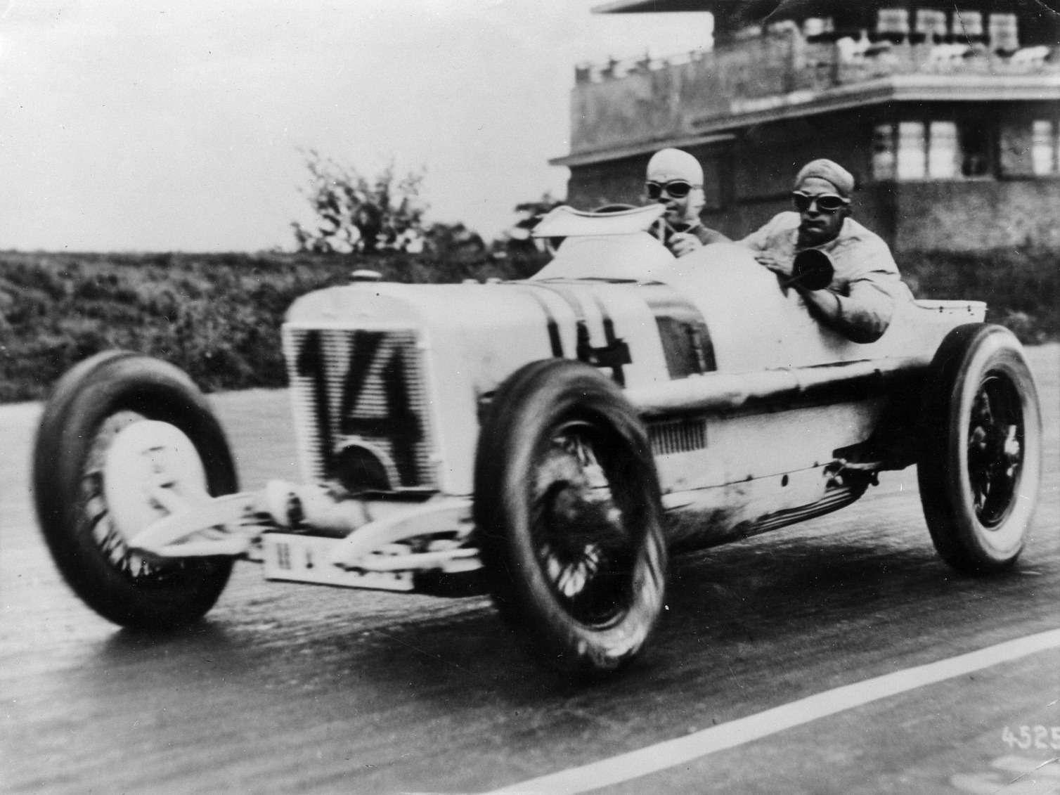 Рудольф Караччиола иего механик Ойген Зальцер проходят трассу AVUS, 1926 год.