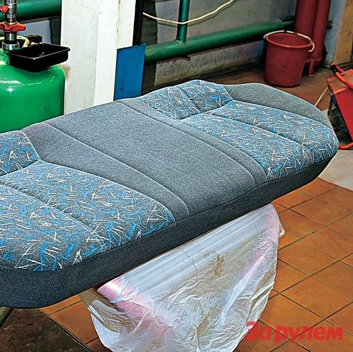 Сиденья вычистили стиральным порошком. Одной пачки (250г) хватило настирку всего салона. Бюджет мероприятия— всего 50руб. Сушка сидений занимает несколько дней.
