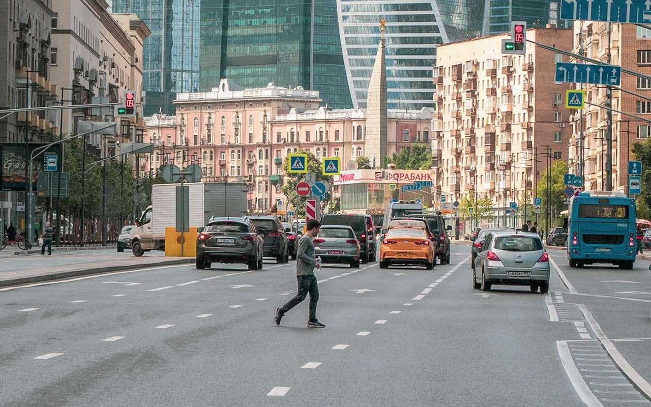 Самые опасные пешеходы: телефонные зомби, фанаты Assassin's Creed, пенсионеры идети— фото 1273629