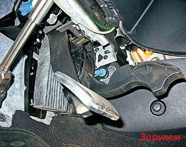 «Форд-Фокус II»: вварианте савтоматом заменить салонный фильтр немного проще— педалей всего две, ноиздесь опытный механик тратит около часа. Чтобы облегчить задачу, лючок фильтра крепят порой одним саморезом вместо трех.