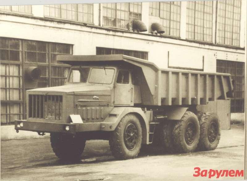 Опытный образец МАЗ-530во время демонстрации водворе НАМИ