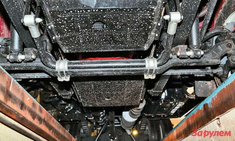 Стабилизатор поперечной устойчивости передней подвески технически изящно размещен внише балки моста