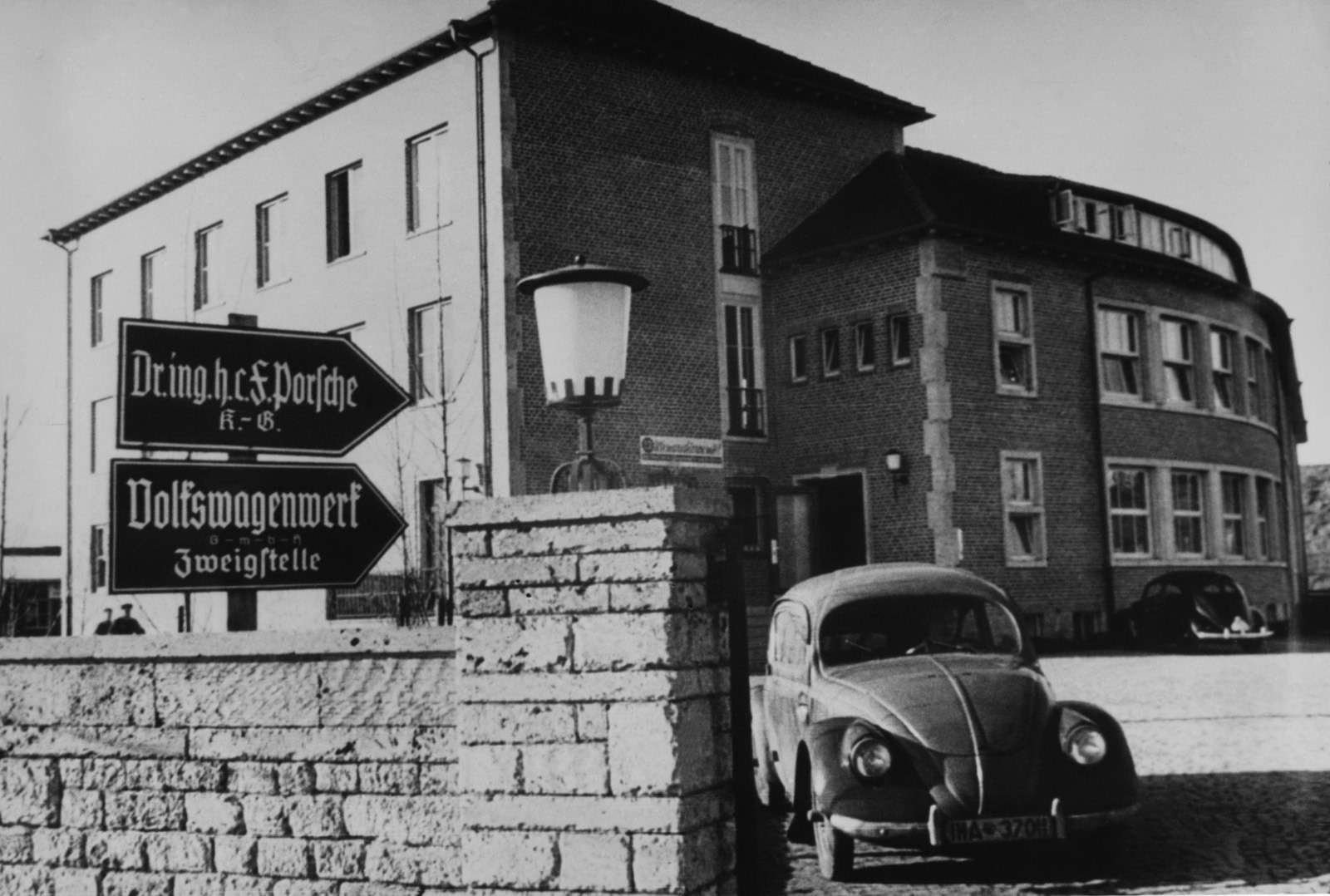 Виюле 1938 года бюро переезжает впросторный особняк наШпитальвальд-штрассе впригороде Штутгарта— Цуффенхаузене. Уворот— один из30прототипов опытной партии будущего Volkswagen.