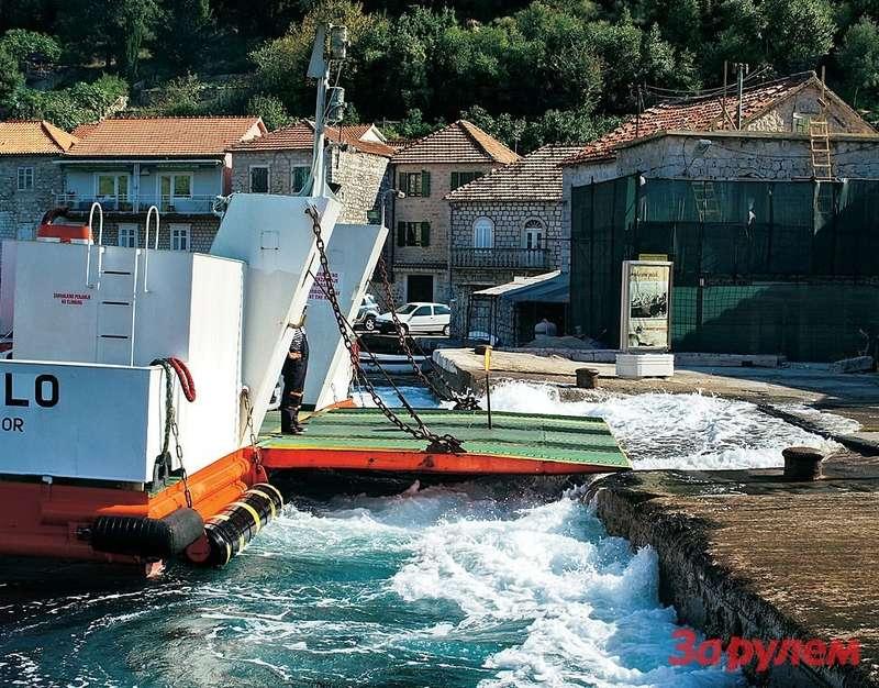 Паромная переправа через Которский залив между Каменари иЛепетане работает как часы, стоит 2,5 евро исокращает путь наполсотни километров.