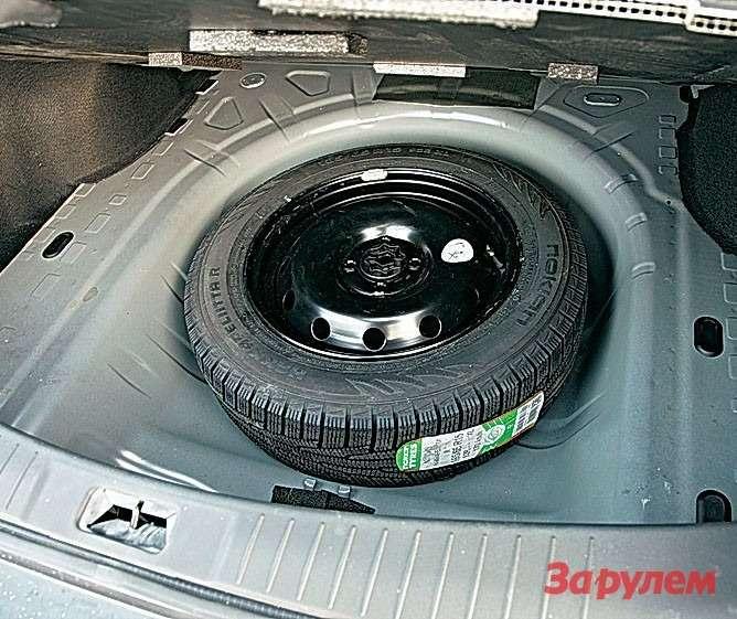 Подполом всех машин, втом числе «Ниссана», полноразмерное запасное колесо. Увы, вРоссии оно жизненно необходимо.