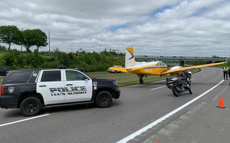 Самолет сел нашоссе среди машин (видео)