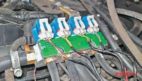 Часто электромагнитные газовые форсунки ставят сверху  двигателя, отних кколлектору идут свои шланги