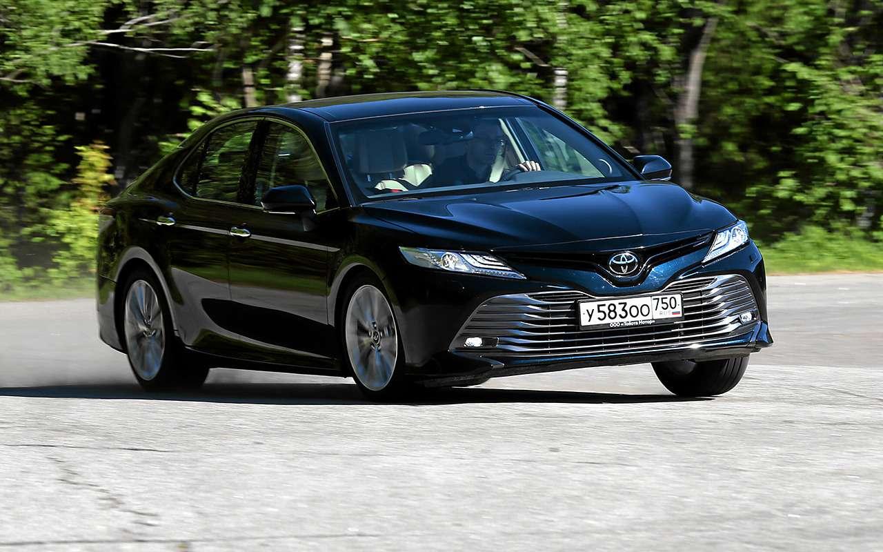 5 плюсов иодин минус седана Toyota Camry— фото 878712