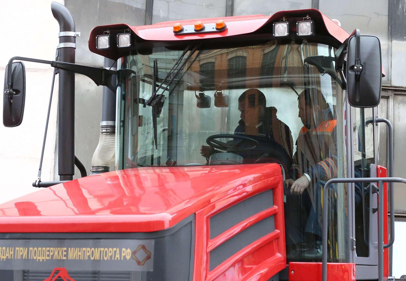 Любимые машины Дмитрия Медведева: откомбайна доАуруса— фото 945802