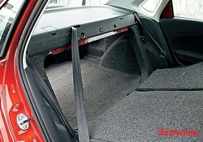 Спинки задних сидений обеих машин при необходимости легко откидываются, ноширину проема ограничивают «калибровочные» окна.