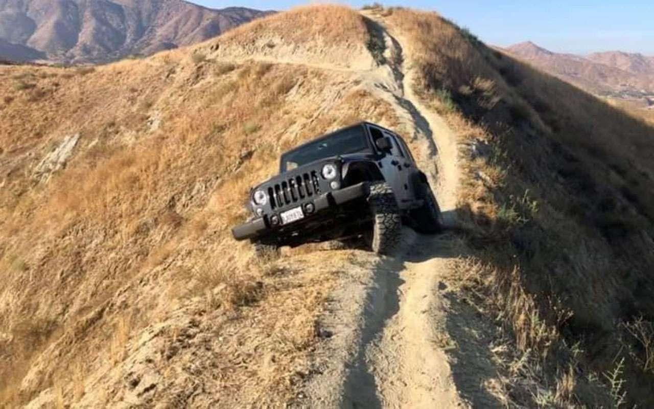 Чемкруче джип, тем... Этот Jeep застрял наскале— фото 1169977