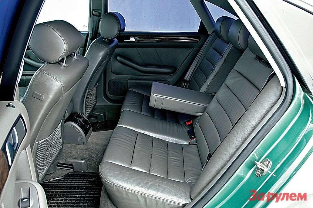 Мягкий диван «Ауди» обтянут кожей. Пожалуй, тут самый богатый внутренний мир.