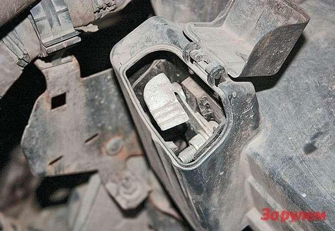 Плюсовая клемма аккумулятора— под специальной защитной крышечкой