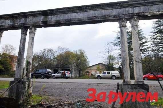Колоннады вабхазских совхозах— обычное дело.