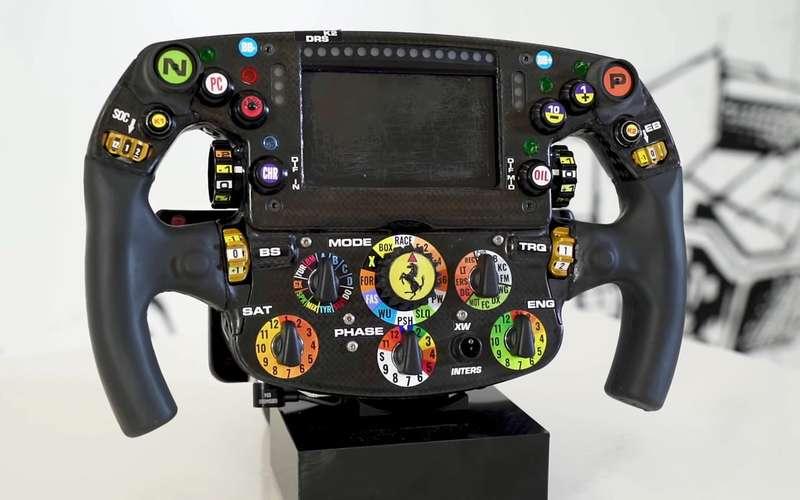 Рулевое колесо Формулы-1: длячего все эти кнопки?