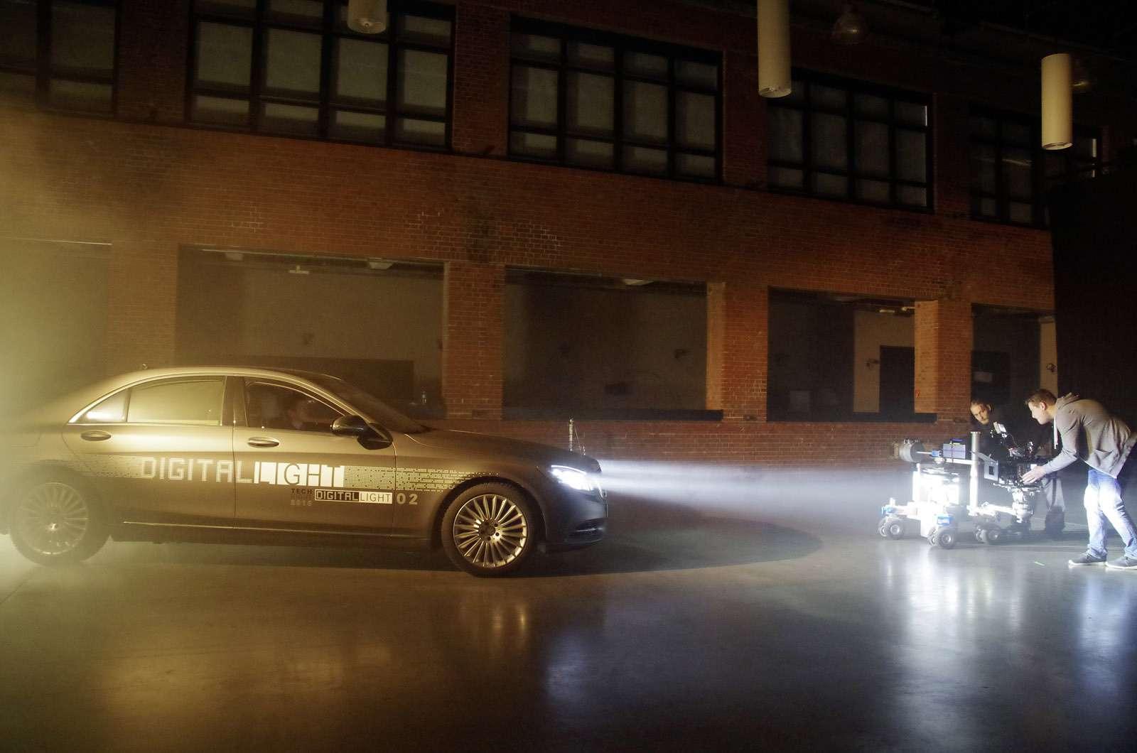 Mercedes-Benz поручит фарам функцию HD-проектора— фото 672552