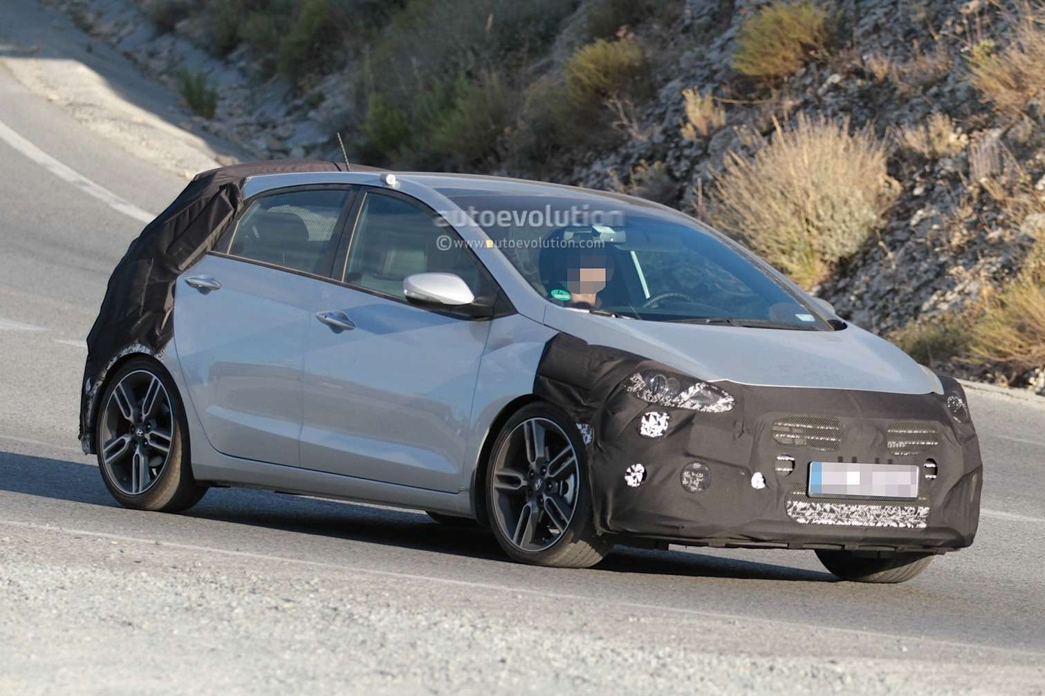 spyshots-hyundai-i30-n-hot-hatch-seen-for-the-first-time_3