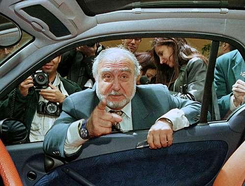 Nicolas-Hayek-im-Smart-Fenster-1997-Bild-Reuters