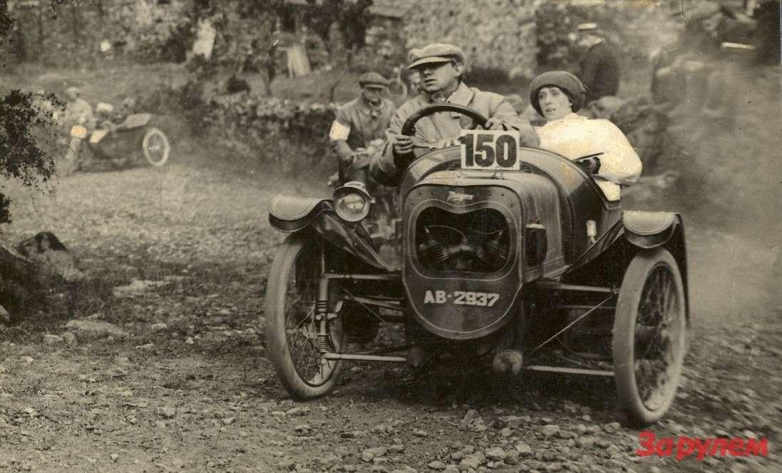 А так можно было гоняться натрехколесной мотоциклетке Morgan. Гарри иРуфь Морганы управляют своим автомобилем вовремя шестидневного триала вавгусте 1913 года
