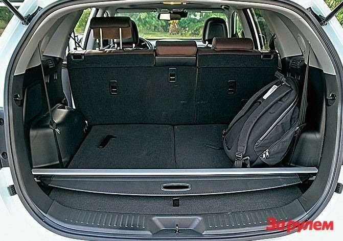 Кресла третьего ряда всложенном виде образуют ровный пол вместительного багажника. На«галерке» усядется ивзрослый.