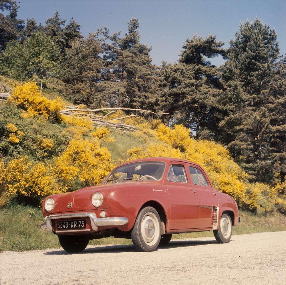 К внешности Renault Dauphine приложил руку знаменитый итальянский дизайнер Луиджи Сегрэ из Ghia. Форму рулевого колеса скопировали поляки, когда превращали нашу «Победу» в Warszawa.