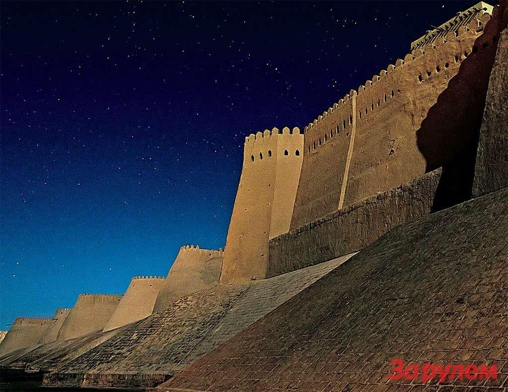 Узбекистан, Хива. Этот старинный город по-особенному открывается именно ночью. Кажется, что попал всказку ииз-за угла сейчас появится убегающий отразбойников Али-Баба.