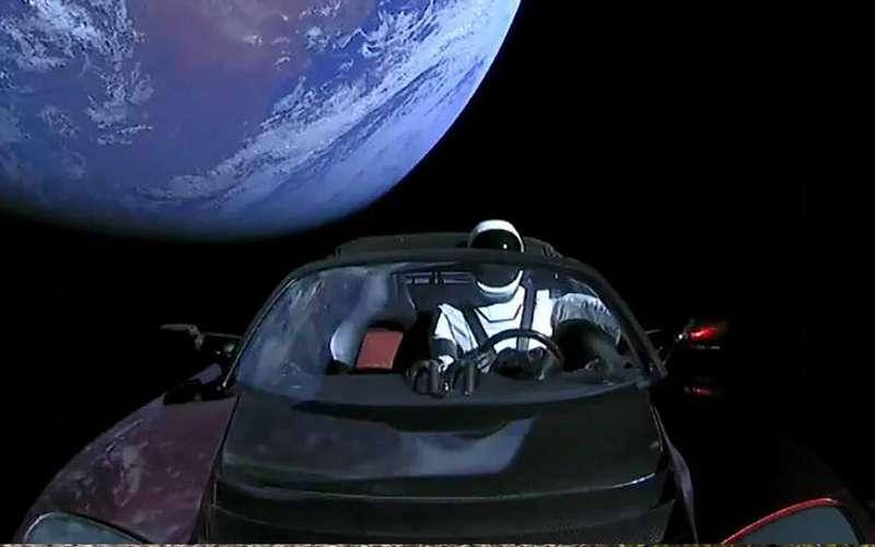 Что происходит сродстером Тесла вкосмосе? Разлагается