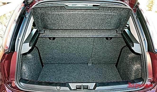 Багажник не очень велик, зато правильной формы.