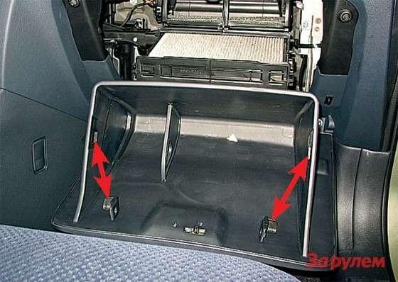 Hyundai Tucson: Меняем салонный фильтр— вынув два ограничителя излотка бардачка (стрелки), откидываем его вниз иснимаем фиксатор тросика демпфера. Остается снять лючок иизвлечь фильтроэлемент.