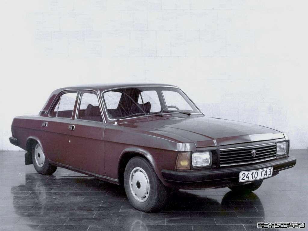 Прототип обновленного ГАЗ-24-10с наружными панелями кузова отГАЗ-3102на демонстрационном полу вХКБ ГАЗ. Завод экспериментировал также суниверсалами ГАЗ-31022на базе ГАЗ-3102, благо исерийные универсалы ГАЗ-24-02, иГАЗ-3102 собирали вПАМСе (Производство автомобилей малых серий). Вовторой половине 1990-х, отвечая на повышенный спрос на«Волги», завод начнет выпуск ГАЗ-31029, используя  запасной комплект штамповой оснастки дляГАЗ-3102. Уэтой модели, как иу«двадцатьчетверки», бензобак вернется напрежнее место впол багажника, азапасное колесо вновь встанет торчком вбагажном отделении. Фото: www.autowp.ru