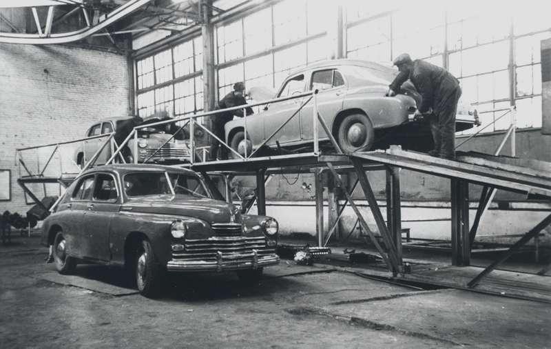 Стахановская бригада мастера Н.Л.Фролова засборкой автомобилей «Победа», ноябрь 1946 года. Фото: РГАКФД