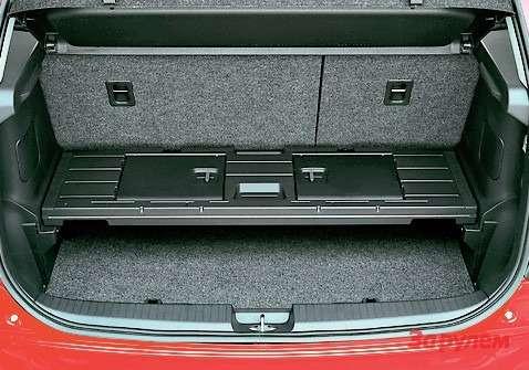 В 5-местном варианте багажник совсем небольшой. Зато внем есть удобная полочка.
