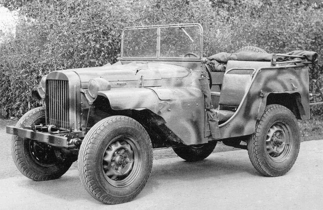 """ГАЗ-64во дворе НАТИ, лето 1941 года. Автомобиль обут вшоссейную резину отГАЗ М1. Вдальнейшем Ярославский шинный завод создаст длянего специальные шины размера 6,50-16"""" типа «косая расчлененная елка»."""