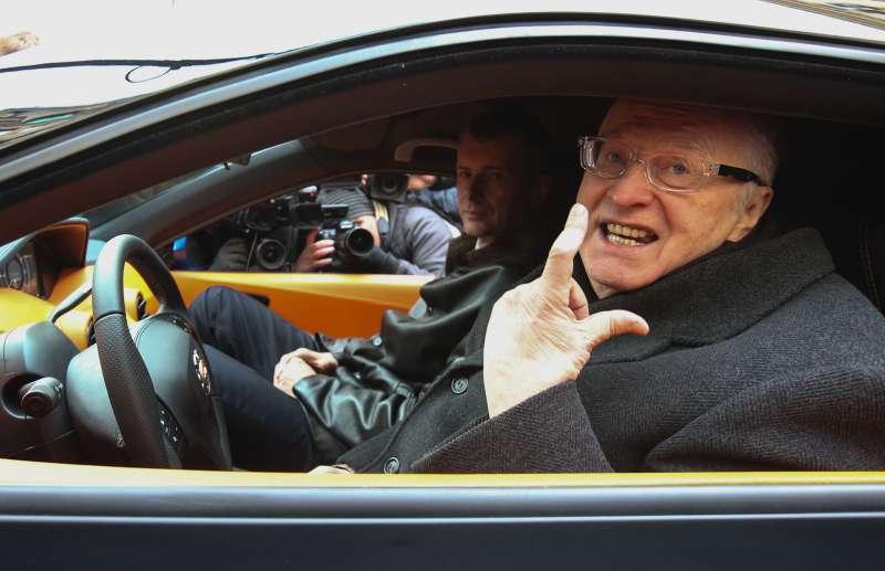 Жириновский пожаловался наобездвиженность своего «Ё-мобиля»