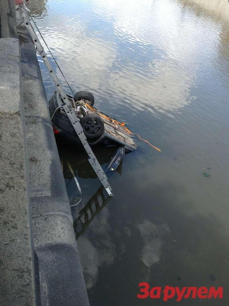 НаРусаковской набережной автомобиль рухнул вводу