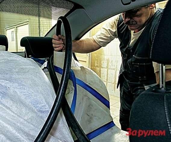 Предстартовые приготовления всамом разгаре: пилот (онжемеханик) Валерий Жаринов заправляет водой 70-килограммовые манекены.
