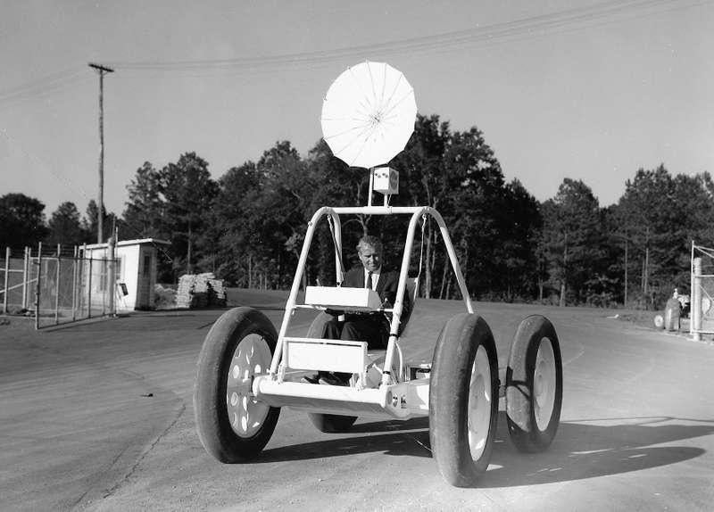 Экспериментальный «лунный багги», первый вариант. Начало 1960-х годов, исследовательский центр Маршалла. Зарычагами управления— первый директор центра Вернер фон Браун. Фото: NASA