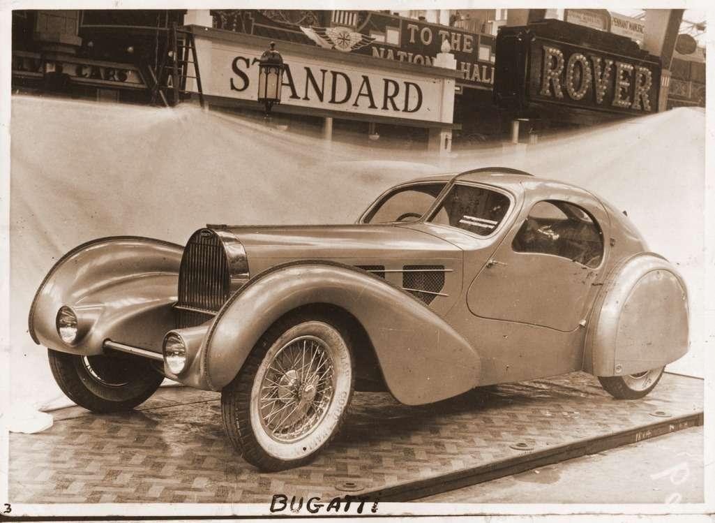Прототип Aerolythe наПарижском автосалоне 1935 года. Заметно, что машина сделана настандартном, непониженном, шасси