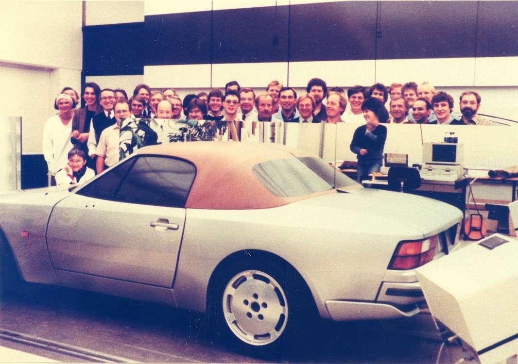 Коллектив дизайнеров Porsche уполовинчатого пластилинового макета Porsche 968— третьей переднемоторной модели завода. Фотография изличного архива Анатолия Лапина. Самого Лапина здесь нет, поскольку онфотографировал