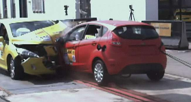 Peugeot 308и Ford Fiesta после лобового удара