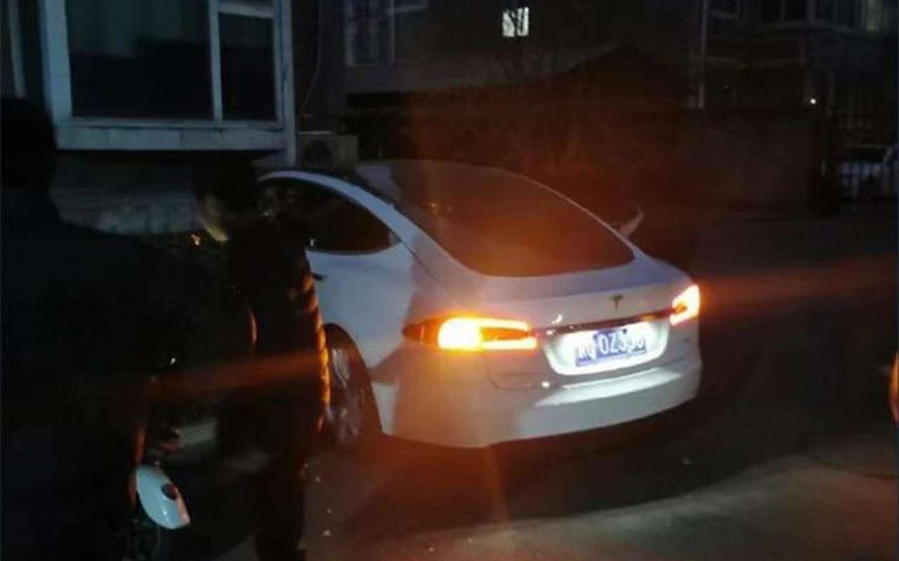 Tesla сама врубила автопилот: водитель выпрыгнул находу— фото 1209532