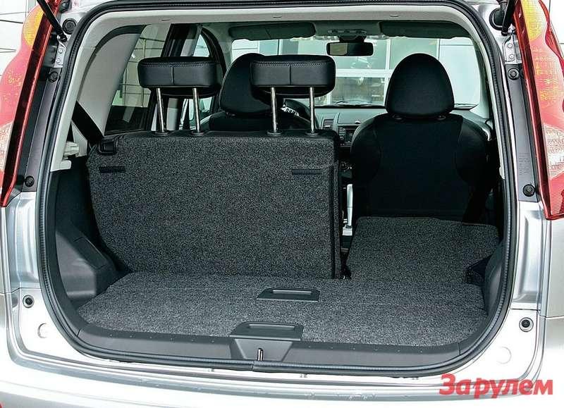 Машина обладает удивительным свойством: внутри она намного больше, чем кажется снаружи. Сиденья заднего дивана складываются почастям, вровень сполом.