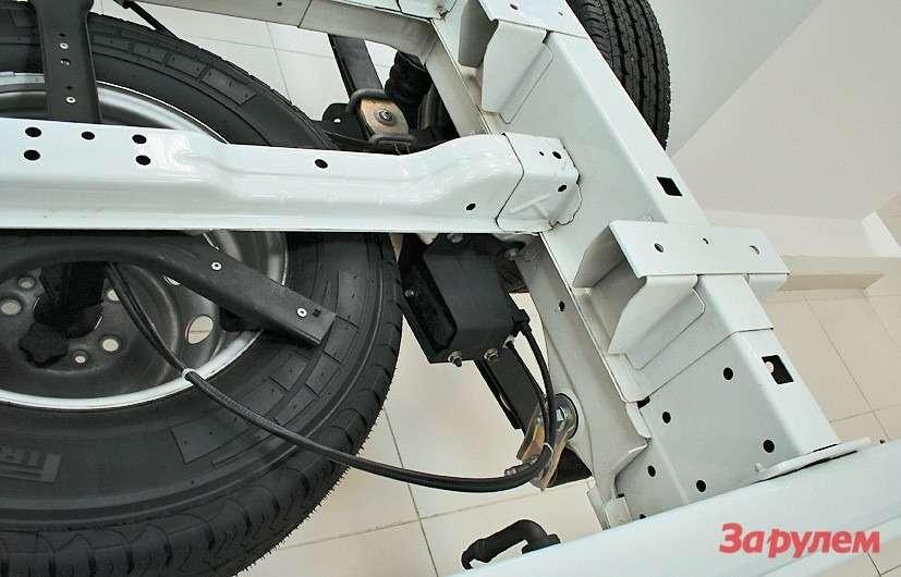 Поднимая «запаску» лебедкой, следите, чтобы тросик был натянут— иначе онпойдет поверх слоя, иузел заклинит