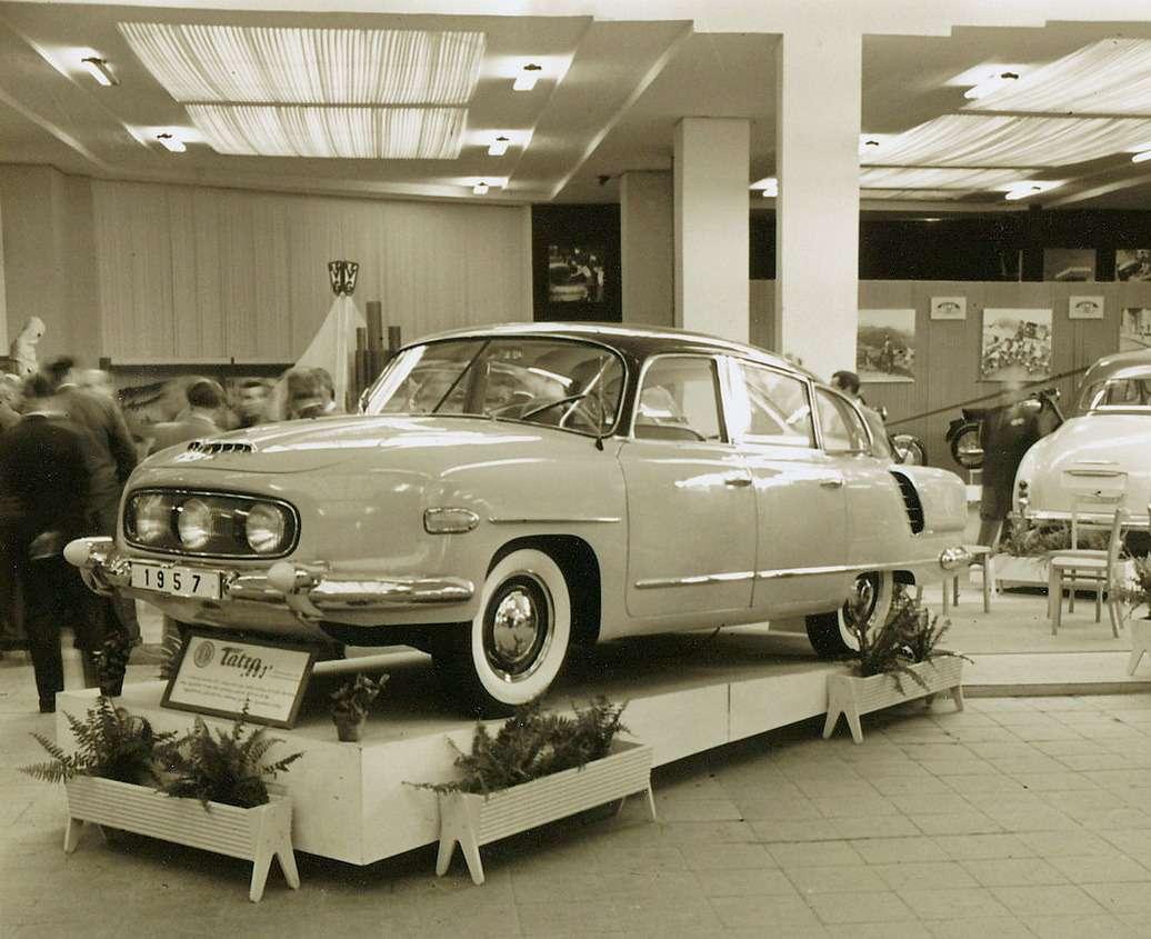 Один издевяти прототипов Tatra-603— экспонат II. v?stava ?eskoslovensk?ho stroj?renstv?, Второй чехословацкой машиностроительной выставки вБрно. Автомобиль еще оснащен составным лобовым стеклом