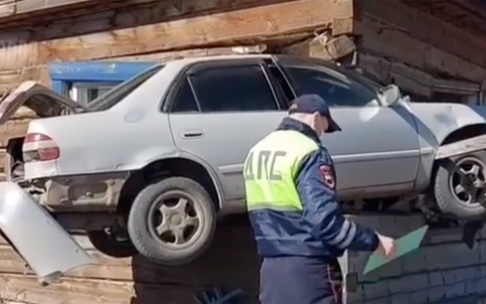 Toyota влетела вдом изастряла встене