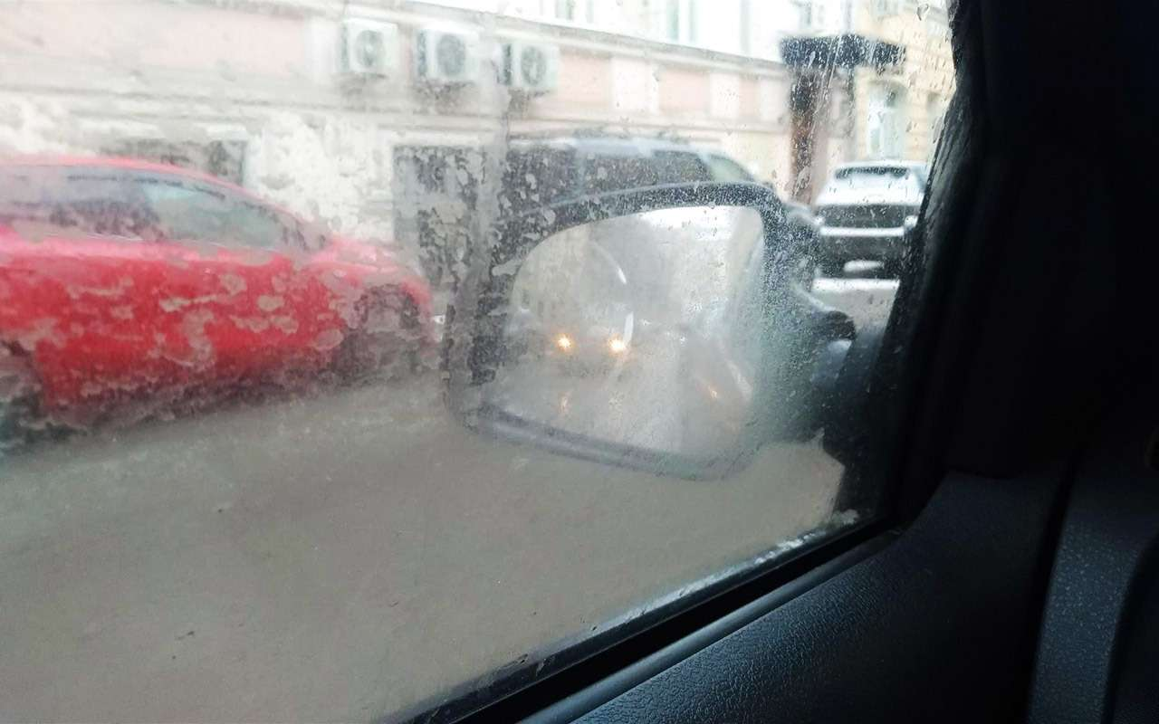 Вовнёс непогоды, боковые стекла автомобилей часто заляпаны грязью. Еслибы не ближний свет фар, эту машину ивовсе небыло видно взеркале.