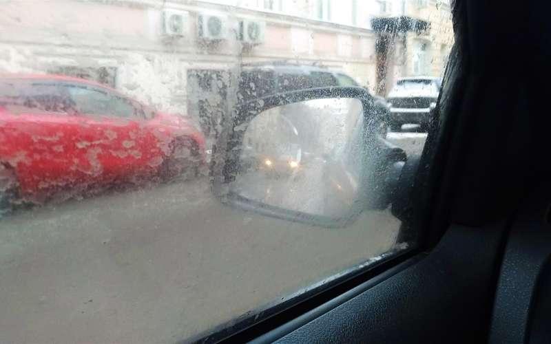 Вовнёс непогоды, боковые стекла автомобилей часто заляпаны грязью. Еслибы неближний свет фар, эту машину ивовсе небыло видно взеркале.
