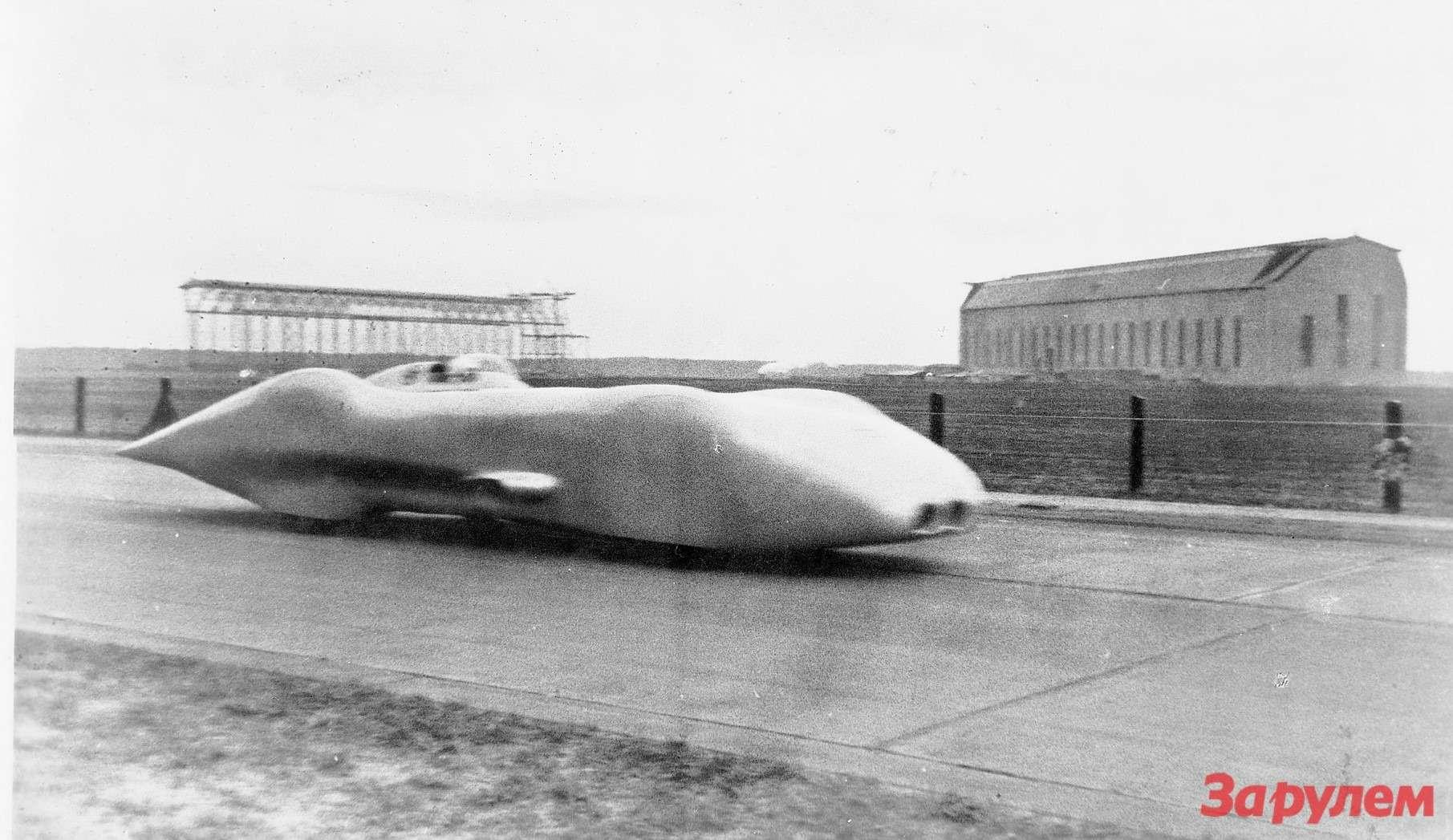 Рекордный заезд Караччиолы наболиде Mercedes-Benz W125по автобану Франкфурт— Дармштадт 28января 1938 года. Назаднем плане— эллинги для«цеппелинов» наместе нынешнего международного аэропорта Франкфурта-на-Майне. Втот день Караччиола установил мировой рекорд скорости 432,7 км/ч