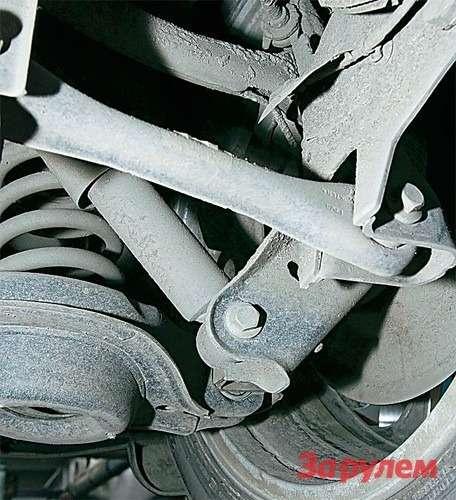 Чтобы увеличить площадь пола вбагажнике универсала (фото справа), угол наклона задних амортизаторов изменили.