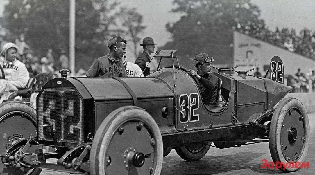 Зарулем Marmon Wasp— пилот Рэй Хэрроун (12.01.1879— 19.01.1968г.). Своим успехом онвомногом обязан своему изобретению, больше похожему наперископ, нежели насовременное зеркальце. Кслову, похожее зеркало много лет спустя применил Кулыгин насамодельном автомобиле «Панголина». Фото: Indianapolis Motor Speedway